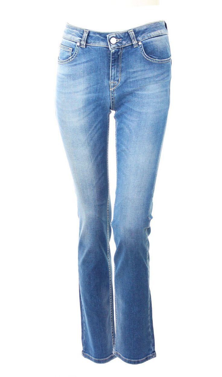 Five-Pocket-Jeans mit schmalem Bein und Bottom up Effekt  Kocca-Logo auf der Rückseite  Spezielle Waschung: leichter Stone Wash, dezente Abriebstelen und Flecken, leicht Chemisch behandelt   Zusammen mit einem eingesteckten