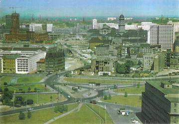 Blick über den Spittelmarkt, die Gertraudenstraße und den Mühlendamm zum Molkenmarkt   Die Bebauung ist zerstört, doch die Stadtstruktur ist noch deutlich anhand des Straßenverlaufs erkennbar. Aufnahme aus den 60er-Jahren.
