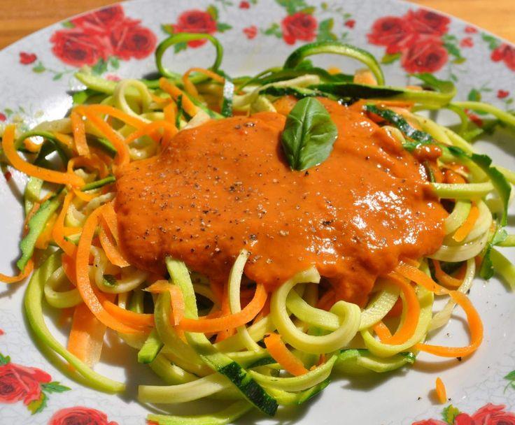 Gemüsespaghetti mit roher Tomatensoße (vegan, raw, Rohkost)
