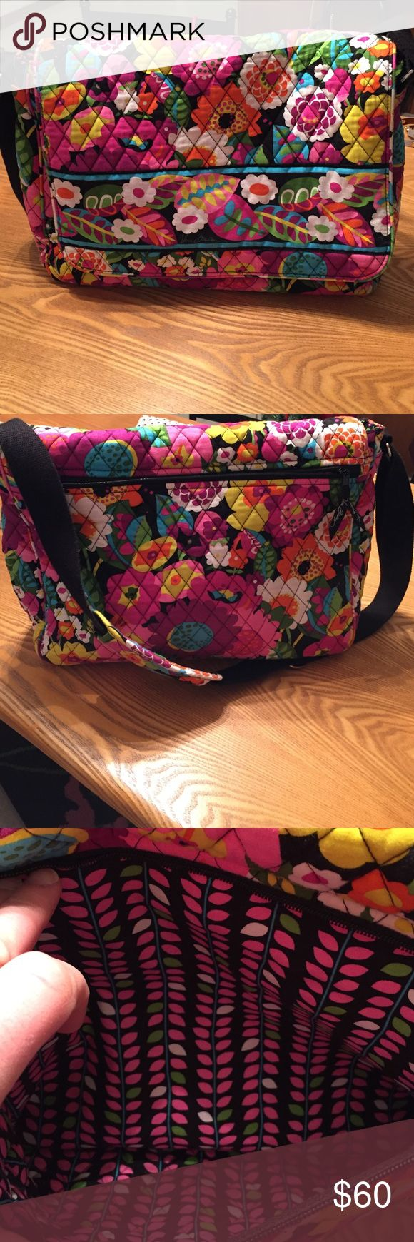 Vera Bradley laptop bag 💕❤💜❤💕 Adorable bag! In excellent condition!! Used just a few times! Great for traveling - has several pockets 💕 Vera Bradley Bags Laptop Bags