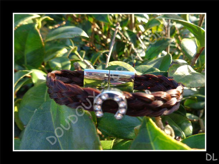 Bracelet en véritables crins de cheval alezans, tressé à plat 5 brins, perle passante fer à cheval à strass, fermoir magnétique : Bracelet par doudoux-crins