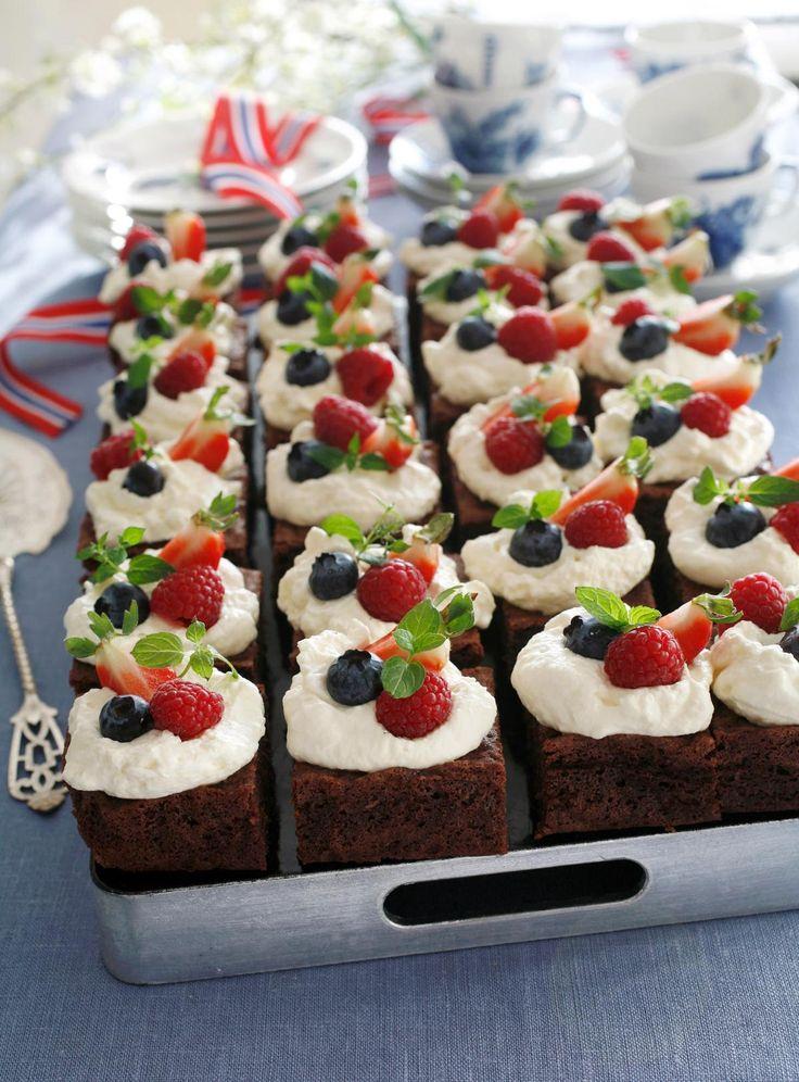 En stor sjokoladekake i langpanne kan bli en fantastisk festkake når den pyntes med pisket krem og bringebær, blåbær og jordbær. Det er enkelt å imponere med denne kaken, og sjokoladebitene gjør lykke hos både barn og voksne. Gir ca 24 biter.