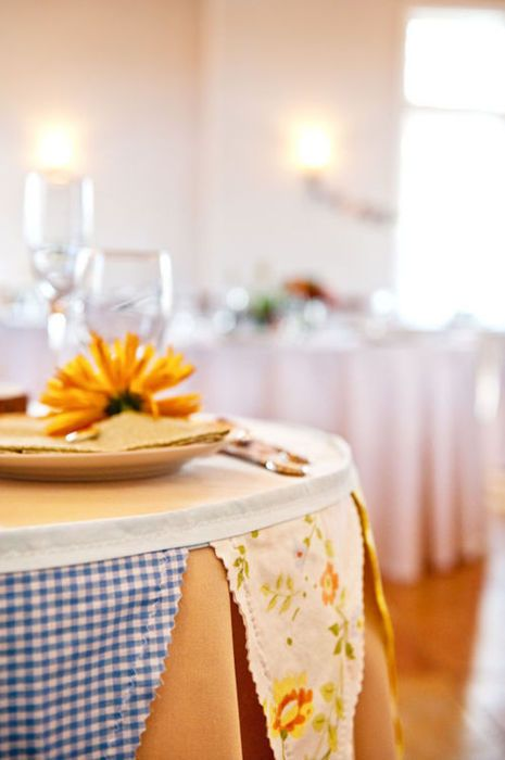 love the idea of using bunting to edge the tables: Edge Tables, Decoration Idea, Party Idea, Diy'S Decoration, Pennant Wraps, Buntings Beauty, Round Tables, Buntings Tablescapes, Events Decoration