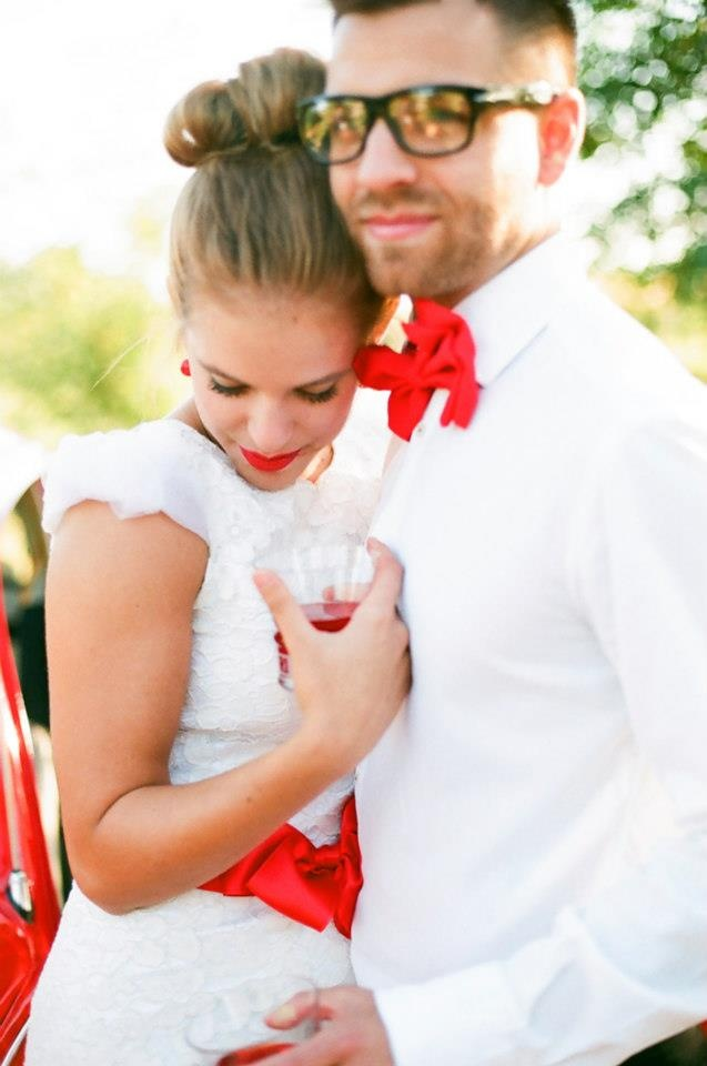 piros esküvői pár