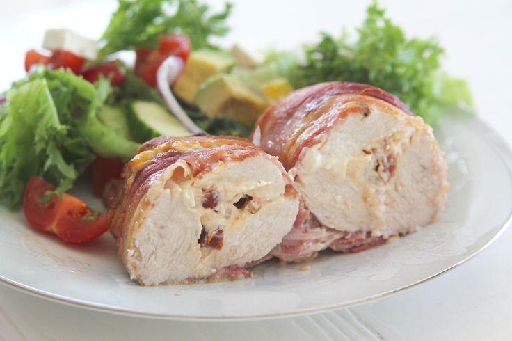 Baconinlindad kyckling fylld med färskost och soltorkade tomater