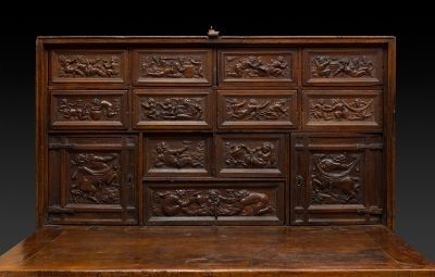 Bargueño castellano del siglo XVII. Madera de nogal con apliques en metal. Medidas: 137 x 116 x 49 cm (cerrado); 13