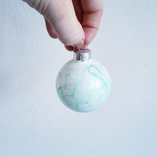 Pyssel/Diy - marmorera julgranskulor med nagellack