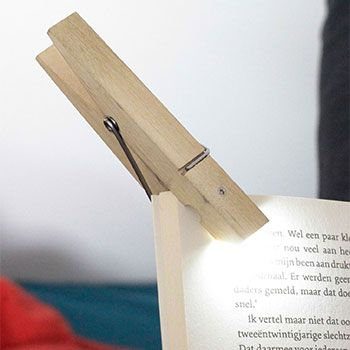 Lampe en forme de pince à linge. A clipser partout pour profiter d'une lumière instantanné. Et par exemple sur un livre la nuit, pour ne plus réveiller votre moitié pendant vos insomnies! Design: Kikkerland (USA). Matériau: bois et métal. Contient 2 piles CR2032 (remplaçables). Dimensions: 9,5cm X 2,5cm X 1,3 cm.