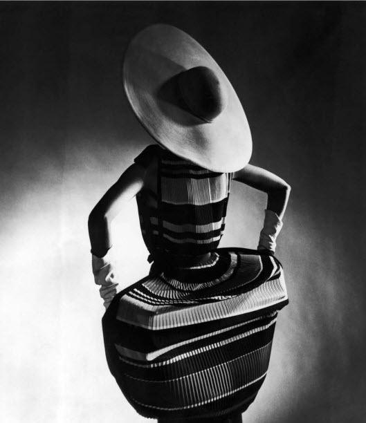 Mushroom pleats (1950). Photography by Gjon Mili for Life Magazine. #Strawhat: Hats, Gjon Mili, Dress, Cartwheel Hat, Spring Fashion, Mushroom Pleats, 1950, Photo