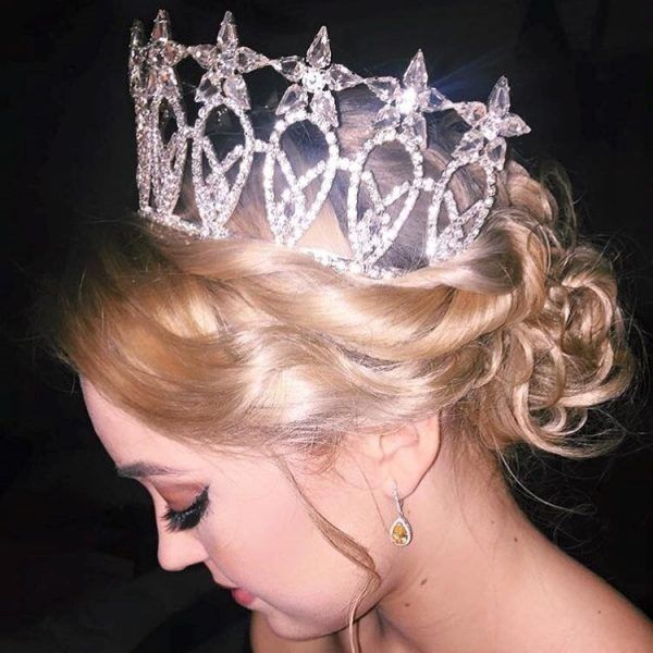 """2016 was a year of ponytails and curls for teen contestants across the pageant world. With so many ways to rework a classic look, teens are left with endless options on how to style their hair for headshots, appearances and the stage.  Having a style that makes the judges say """"Wow!"""" is crucial, and these teens definitely stepped up to the plate. Here are the top teen hairstyles of 2016!"""