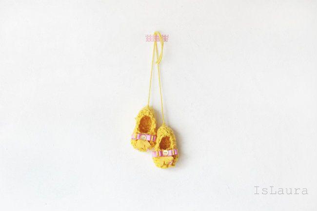 Eccoci con un nuovo tutorial per la realizzazione di scarpine a crochet. Queste sono veramente semplicissime, non hanno bisogno di suola, tomaia e quant'altro. Sono lavorate tutte d'un pezzo e chiuse sempre con dei punti all'uncinetto. Le scarpine…