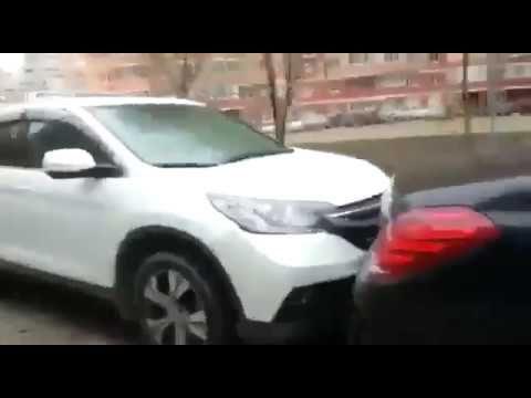 Так паркуются в Краснодаре. Перебил все машины во дворе.