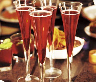 Lingonbellini är en perfekt välkomstdrink på festen som smakar lika bedårande med eller utan alkohol. Du blandar bara lingondricka med limejuice och sockerlag - snabbt, enkelt och förfriskande!