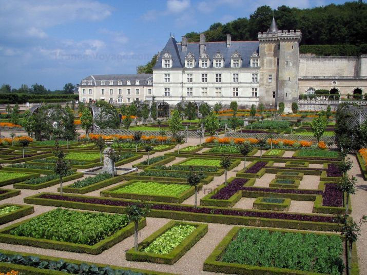 Château de Villandry and gardens: Castle and its keep dominating the vegetable garden (vegetables and flowers) - France-Voyage.com
