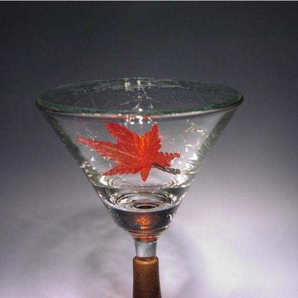 色鮮やかに紅葉し秋を彩るイロハモミジがカクテルグラスの中にひらひらと舞い落ちる様子を表現しました。真っ赤に色づいた天然ケヤキの木目の温かさが調和した作品です。... ハンドメイド、手作り、手仕事品の通販・販売・購入ならCreema。