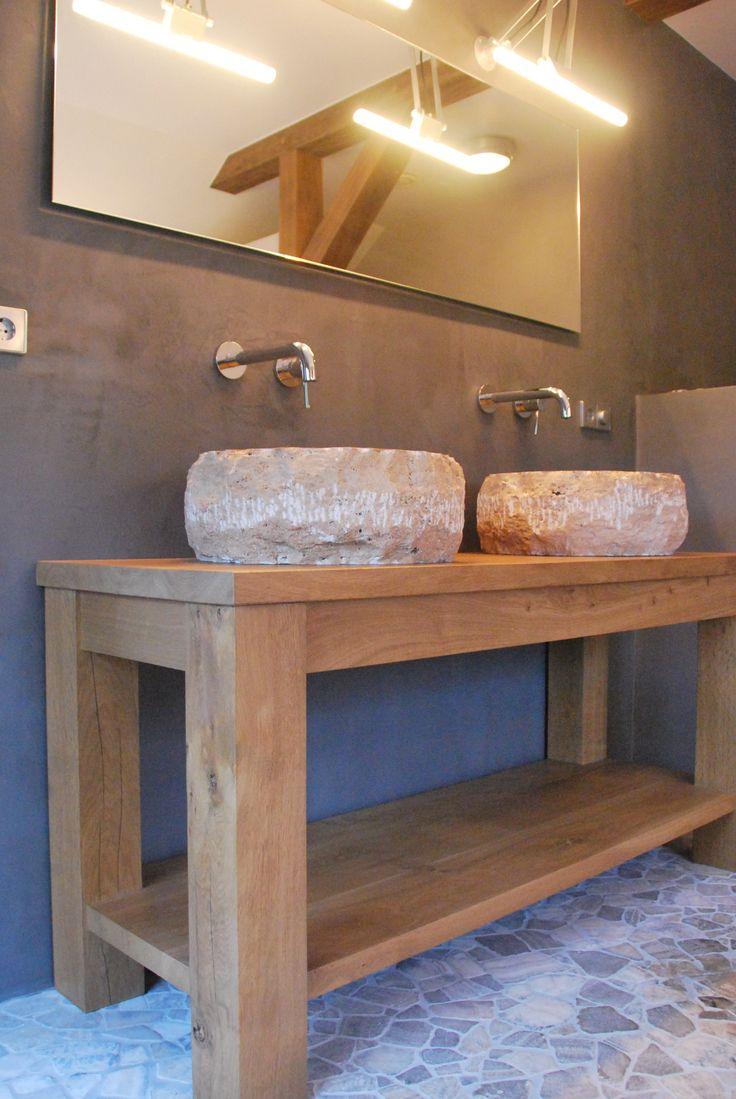 Robuuste verouderd eiken houten tafel met handgekapte natuursteen waskommen in buitengebied van Holten.