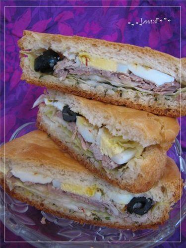 Тунисский сэндвич Нет ничего лучше, чем отправиться с семьей или друзьями на прогулку в приятное место и прихватить с собой какой-то удобной еды, чтобы не заморачиваться тарелками, вилками, кастрюлями. Этот рецепт - тот самый вариант! Cэндвич большой и сытный, почти полноценный обед, а руки остаются чистыми! Вкусно и удобно :-) Идею взяла и слегка переделала у моей любимой ведущей Елены Чекаловой.