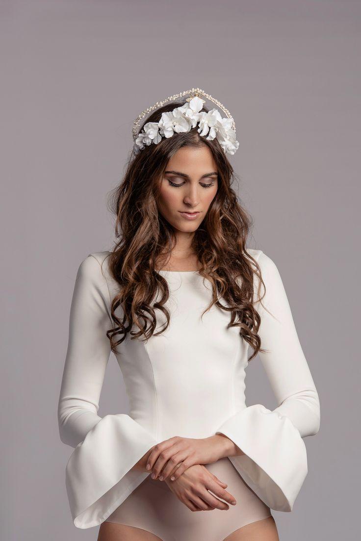 Tiara de novia de hortensias de terciopelo, abeja de strass y porcelana. La modelo lleva body de White Alice by Alicia Rueda