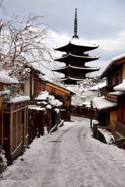 京都 八坂 〜Kyoto Yasaka I love every single thing about this picture from the layout of the houses to the snow~