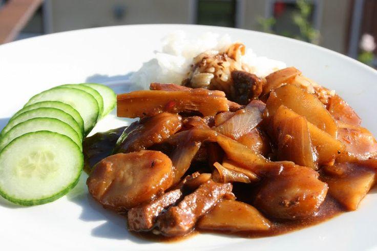 För någon vecka sedan hittade jag ett recept på en blogg där man hade gjort biff med bambuskott, ni vet en sådan där gryta man kan beställa ...