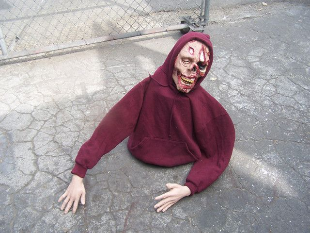 Easy bucket zombieDiy Zombies, Halloween Parties, Zombies Halloween, Diy Halloween Zombies, Halloween Decorations Zombie, Easy Zombie, Buckets Zombies, Halloween Ideas, Easy Buckets