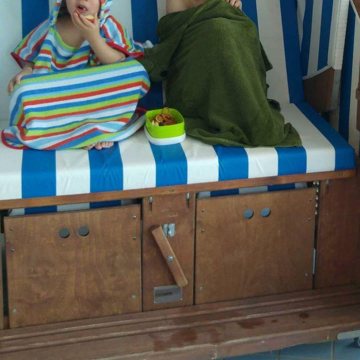 #Familienurlaub das ist die #Snacktime im #Strandkorb fangfrischer #Fisch zum Mittagessen und immer mit Aussicht auf die wunderschöne #Nordsee. Im Moment verwöhnt uns sogar das Wetter. Angenehm milde Temperaturen leichte Brise und schon den ganzen Tag lang kommt uns immer wieder der schönste Sonnenschein besuchen.  Wir überlegen heute Nachmittag einen kleinen Bummel-#Ausflug nach #Otterndorf zu machen. War schon mal jemand da? Kann man da nett spazieren und Kaffeetrinken?