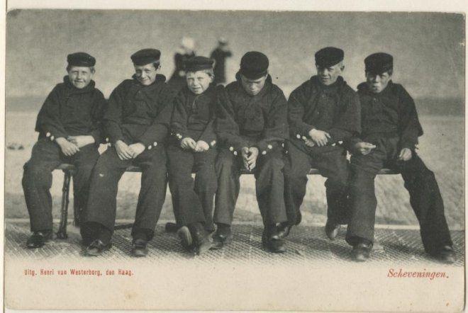 Zes Scheveningse jongelui op een bankje op de Boulevard. ca 1900 Henri van Westerborg, Den Haag #ZuidHolland #Scheveningen
