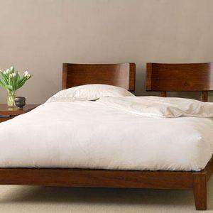 Tempat Tidur minimalis Solid dengan model headboard seperti sandaran pada kursi untuk menambah kenyamanan saat anda ingin melakukan aktivitas mejelang tidu