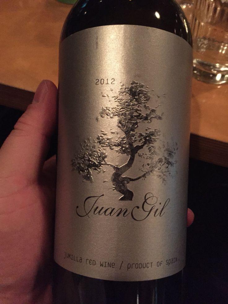 후안 길 (이렇게 읽네요) 실버 라벨. 오크 숙성. 묵직한 풀바디. 스페인 와인은 종종 마실 때마다 느끼는 거지만 식감이 꼭 막걸리 같다. ㅎㅎ