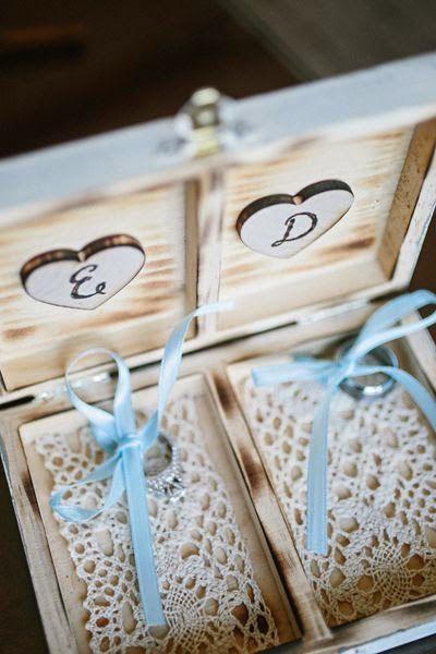 """Cajas de Madera: También se pueden personalizar, poniendo el nombre de los novios en la tapa, y la frase """"His/Hers"""" o """"Mr/Mrs"""" o las iniciales de cada uno en su interior donde irán colocados los anillos, además podemos adaptar cualquier idea para ponerla de base como cojines, musgo, arena..."""