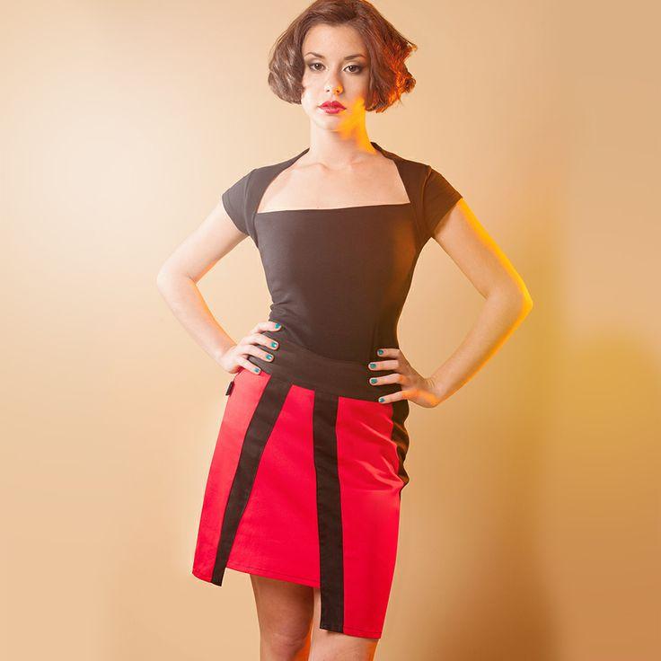 JUPE ZOLLI : Longueur au-dessus du genou, découpes parfaites, cette jupe droite se porte haute ou basse selon votre préférence : un style impeccable en toutes circonstances !