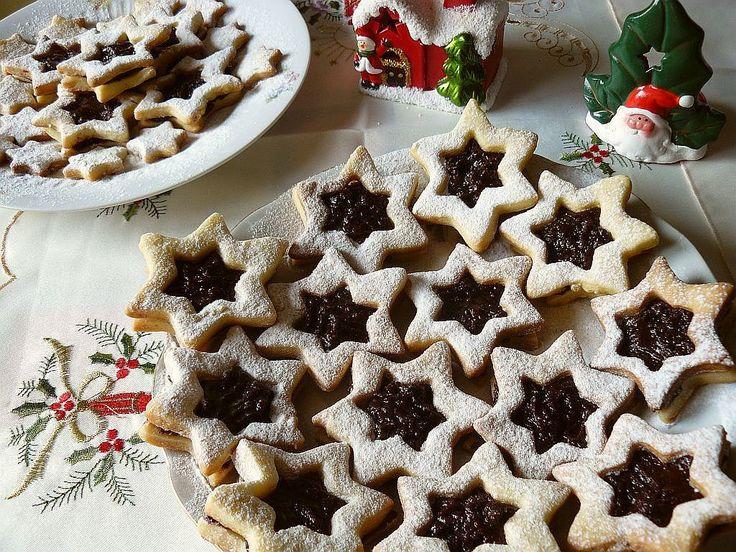 Facebook Twitter Google+ Tumblr Pinterest LinkedIn Biscuiții aceștia în formă de sandvici de steluțe sunt perfecți pentru o gustare dulce de Crăciun. Puteți face alte modele, atât timp cât aveți două forme asemănătoare de dimensiuni diferite. Timp de preparare: 60 minute la frigider, 10 minute la cuptor Cantitate: aprox. 20 fursecuri Ingrediente: 225 g unt …