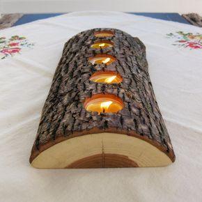 Este Portavelas está hecho de un split encontrado registro y posee 5 tealights. Es ancho y no alto, casi parecen ser fijados en la tabla.    Este Portavelas es 13,5 pulgadas de largo, 5 pulgadas de ancho y 1,75 pulgadas de alto.    Cinco velas de cera de abeja a mano están incluidos con tu registro! Nuestras velas de cera de abejas son hechas localmente por el encantador Michael de Beeswic, aquí en etsy. http://www.etsy.com/shop/Beeswic    Totalmente recuperado materiales:: toda nuestra…