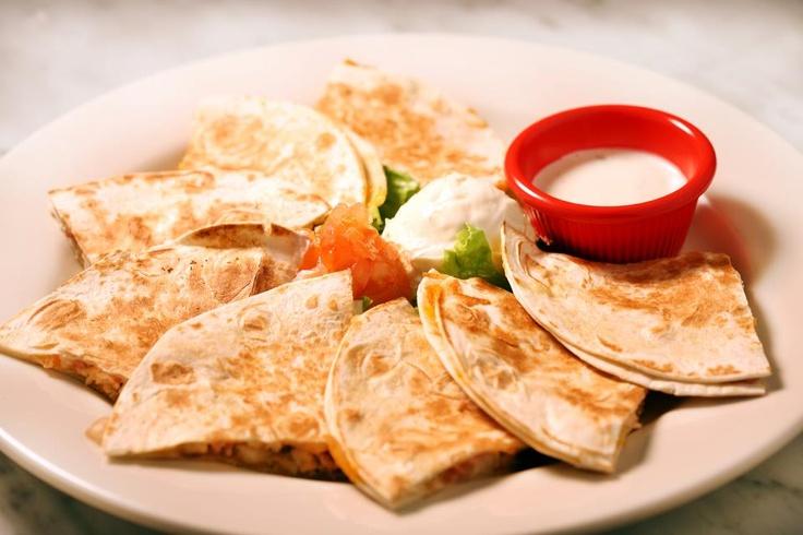 QUESADILHA FRANGO  (Tortilhas de frango, cebola salteada, pimentos, condimento de jalapeño e queijo gouda, servido com sour cream, tomate picado e molho ranch)