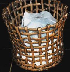 Para este artículo hemos seleccionado un video-tutorial que muestra, paso a paso, cómo hacer un original y bonito cesto o papelera reciclando papel de periódico