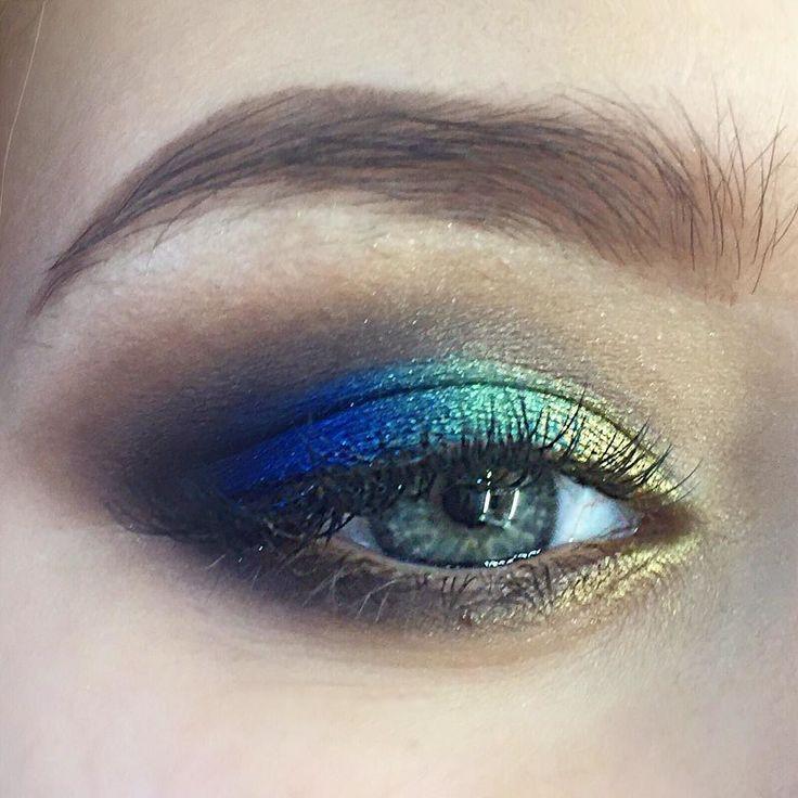 Сегодня в #obukhovamakeupschool творили с ученицами!  #королевскийсиний #atelier #makeupschool #makeupatelier #graftobian #mac #mufe #makeup