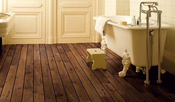 Grâce à un joint spécifique qui permet de le rendre étanche à l'eau, le sol stratifié Lagune, de Quick-Step, peut être posé dans la salle de bains. Différents décors façon pont de bateau. 43€/m2.