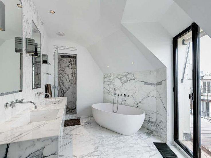 Badrum i marmor och modernt badkar