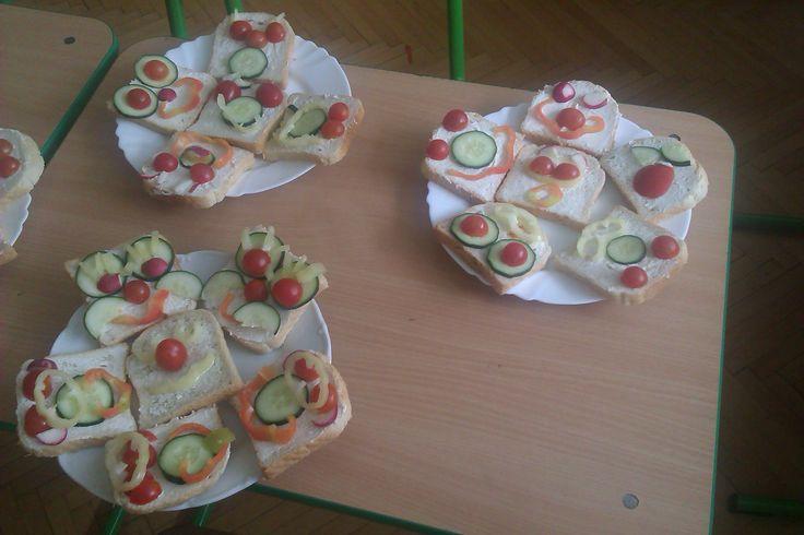 chlebíčkové smajlíky zvládne aj malý školáčik :) a takéto zeleninkové dobrotky potom aj veeeľmi chutia
