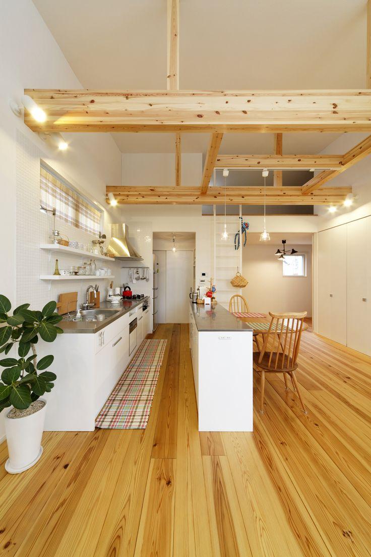 杉の無垢フローリングと、むき出しの梁が印象的なダイニング・キッチン