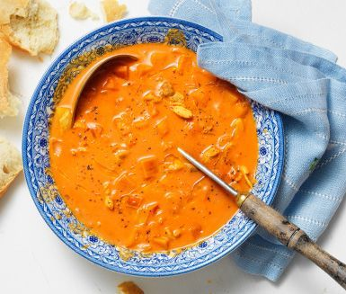 Ett snabblagat och gott recept på kycklingsoppa med smak av curry. Den härliga soppan gör du av bland annat kyckling, äpple, lök och grädde. Passar barn såväl som vuxna!