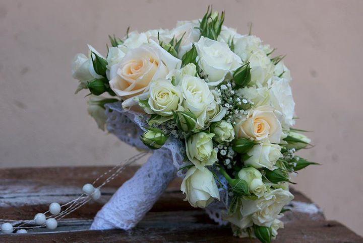 śliczny bukiet ślubny dla Pani Młodej która lubi delikatność  www.artico.com.pl www.facebook.com/artico.kwiaty  #ślub #dekoracje #kwiaty #biały