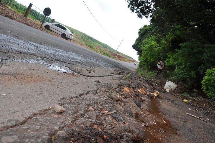 Executivo quer adotar medidas para reduzir circulação de veículos pesados na vicinal Alcides Soares - O tráfego intenso de veículos pesados tem causado uma série de problemas e aumentado os riscos de acidentes na estrada vicinal Alcides Soares, principal via de ligação com o distrito de Vitoriana. Preocupado com a situação, o prefeito de Botucatu, Mário Pardini, reuniu-se com parte de sua assesso - http://acontecebotucatu.com.br/cidade/executivo-quer-adotar-medidas