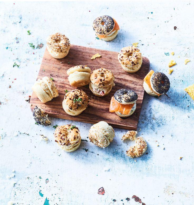 Fêtez Noël ou le Nouvel An à New York ! Le bagel connaît un vrai succès. Il s'invite désormais à l'apéritif en version mini et délicieusement garni: saumon-fromage frais-ciboulette, bacon-moutarde au miel-poivron grillé, coleslaw.