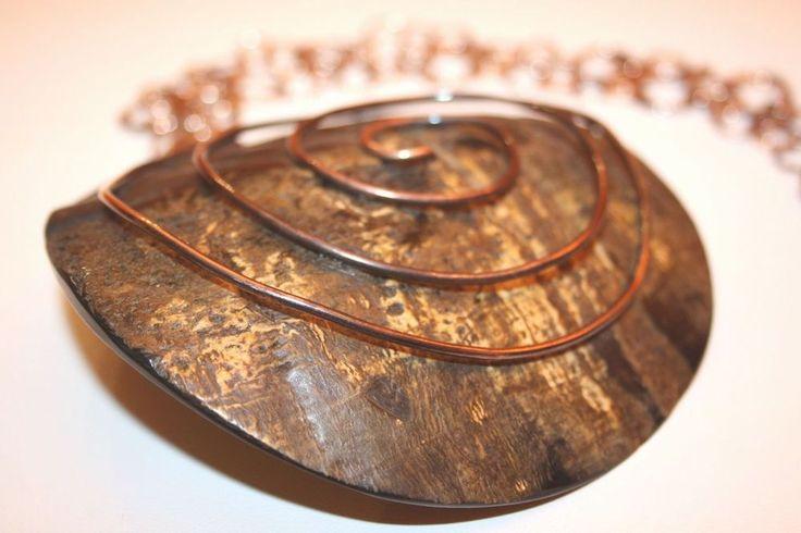 Collana etnica realizzata a mano in corno vegetale e bronzo.