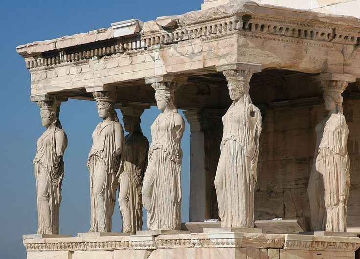 """Les Cariatides à l'entrée de l'Érechthéion - Une cariatide, """"femmes de Caryes"""", du nom d'une ville de Laconie, est une statue de femme souvent vêtue d'une longue tunique, soutenant un entablement sur sa tête. Remplaçant ainsi une colonne, un pilier ou un pilastre, elles apparaissent essentiellement sur les édifices d'ordre ionique. Le nom fait référence à celles qui figurent sur le baldaquin de l'Érechthéion, sur l'acropole d'Athènes. L'atlante est une variante masculine de la cariatide."""