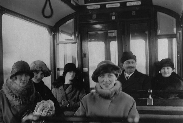 Matkustajia raitiovaunussa Turussa 1925.  Kuvaaja: Birger Lundsten Turun museokeskuksen valokuva-arkisto Val248:7