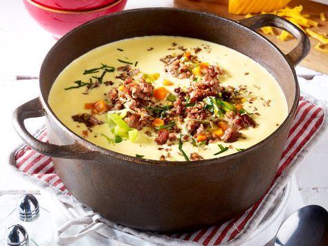 Käse-Lauch-Suppe mit Hack gehört zu den Evergreens unter den Suppenrezepten. Denn sie ist richtig lecker, einfach gemacht und mega günstig. So geht's!