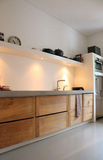 キッチン上の棚にダウンライトが取り付けられていて、収納と照明を兼ねているもの。手元を照らしてくれる位置の照明と手の届きやすい位置にある棚は、キッチンの使いやすさを兼ね備えていますね。