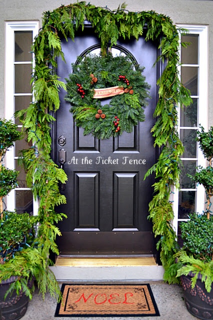 : Christmas Front Doors, Holidays Decor, Porches Ideas, Christmas Doors Decor, Christmas Porches, Christmas Decor, Outdoor Spaces, Outdoor Christmas, Front Porches